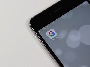 cellphone displaying google app icon